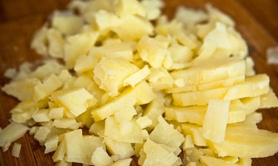 Картошку остудить и нарезать на кубики