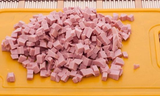 Нарезать варёную колбасу
