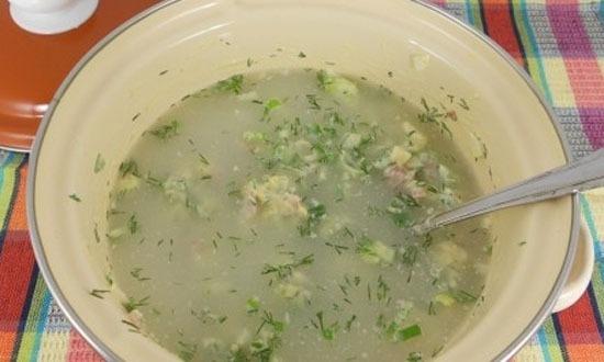 Залить все приготовленные продукты холодной водой