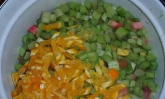 Нарезают ревень с апельсином
