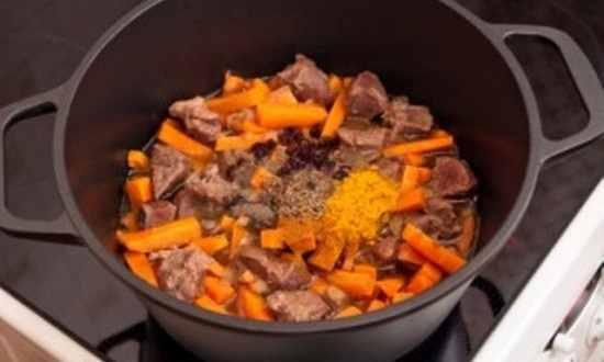 обжариваем мясо с овощами