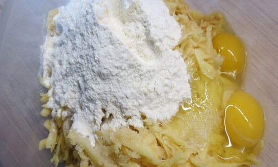 измельчить картошку, добавить ингредиенты