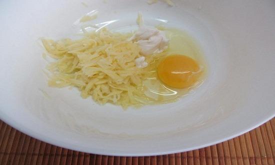 добавить яйцо, сметану