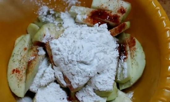смешиваем баклажаны с ингредиентами