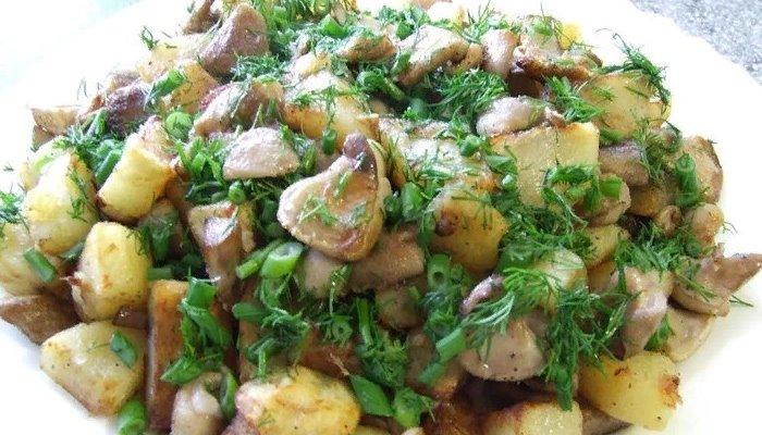Картошка жареная с маслятами на сковороде