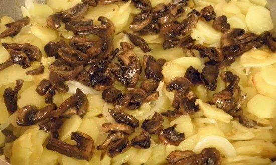 Тушим грибы с луком и картошкой