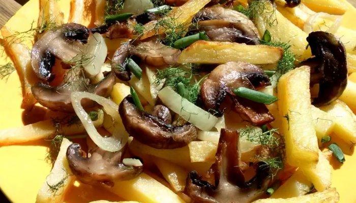 Картофель жареный с грибами на сковороде с тмином