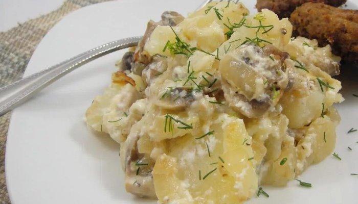Картошка жареная с шампиньонами, в сметанной заливке