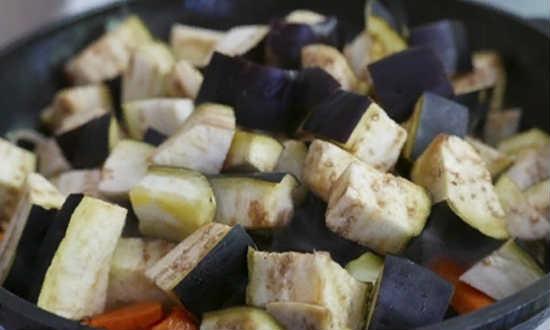 добавляем кабачки и баклажаны