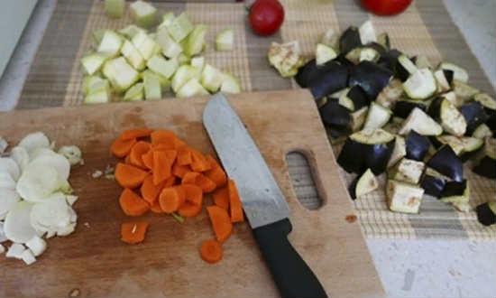 режем кубиками овощи