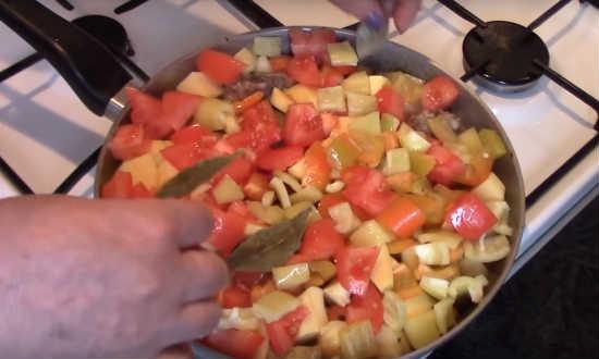 томаты в сковороде