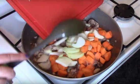 добавляем лук, морковь