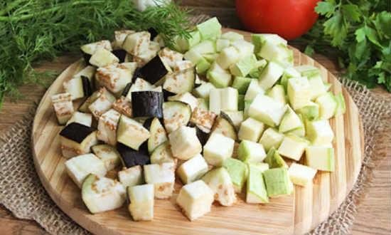 нарезанные кабачки и баклажаны