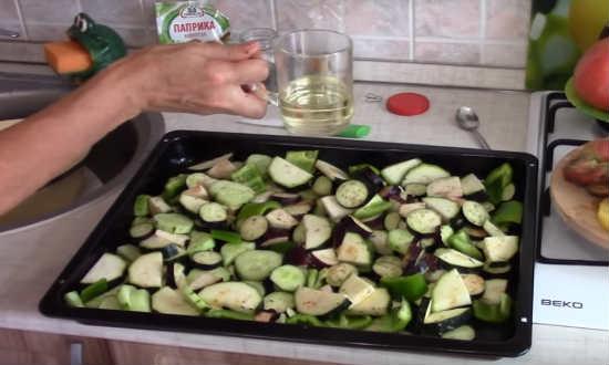 поливаем растительным маслом