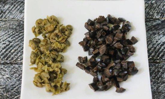 Измельчаем каперсы и маслины