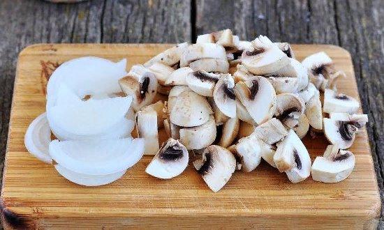 Измельчаем лук и грибы