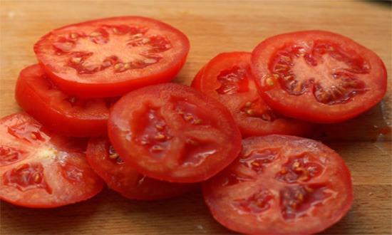 режем томат