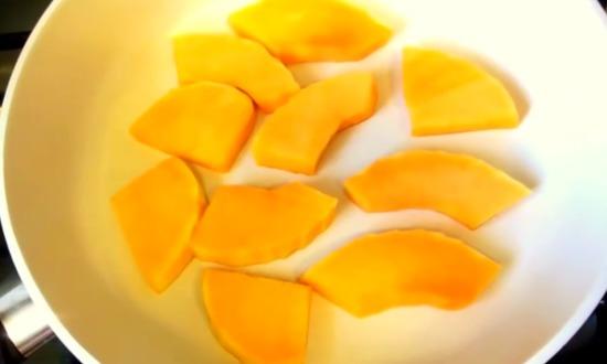 обжариваем кусочки тыквы
