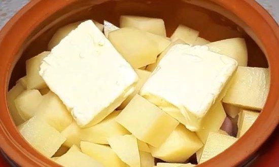 Отправляем картофель и кусочки масла