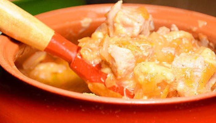 Жаркое из свинины с картошкой в глиняных горшочках, под сырной корочкой