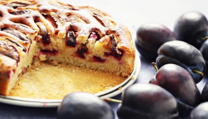 Пышная шарлотка со сливами — простые пошаговые рецепты вкусной домашней шарлотки