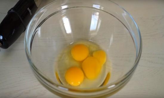 вбиваем яйца в миску