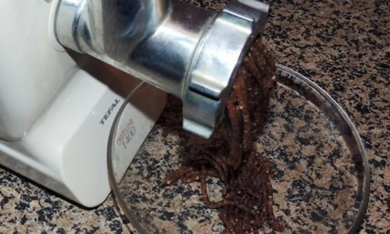 Ингредиенты начинки измельчить через мясорубку