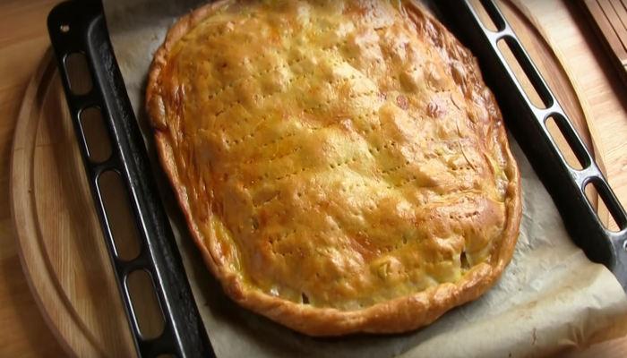 Готовый пирог с мясом и картофелем
