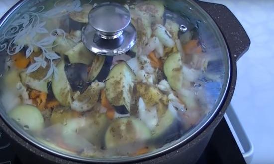 овощи в кастрюле под крышкой