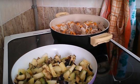 жарим в двух сковородах