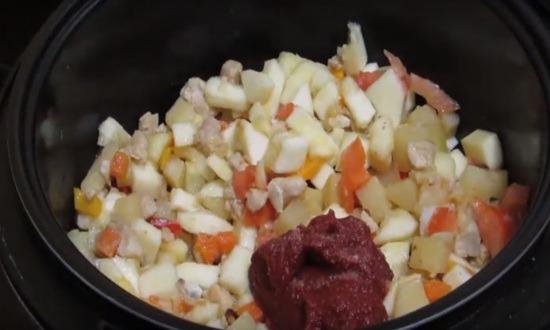 выкладываем томат пасту