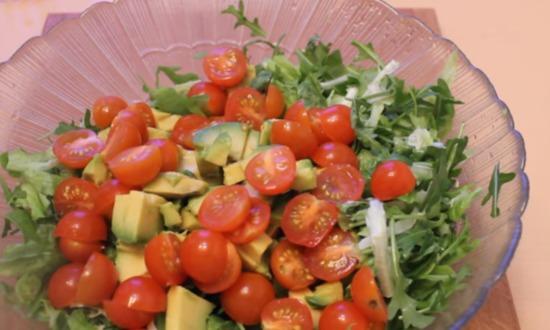 соединяем ингредиенты в салатнике