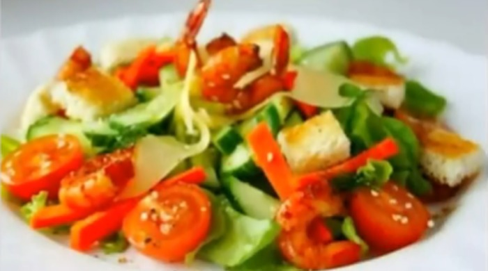 Салат с креветками, помидорами, огурцом и сыром