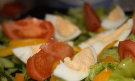 раскладываем дольки помидоров и яиц
