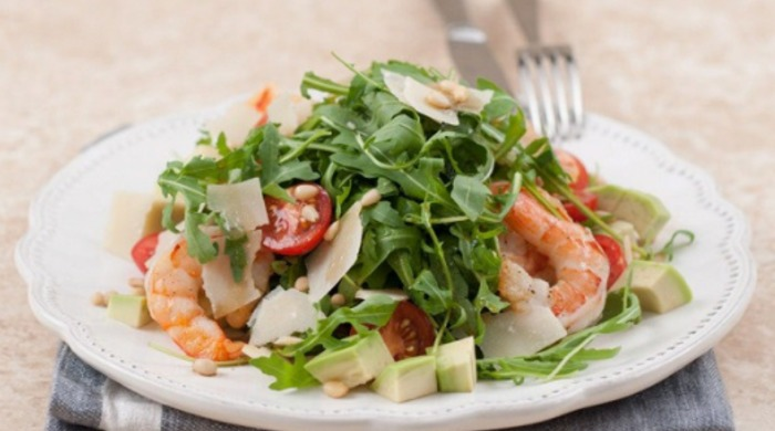 Салат с рукколой, креветками, помидорами Черри, кедровыми орешками