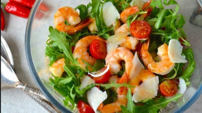 Салат с рукколой, креветками и помидорами Черри
