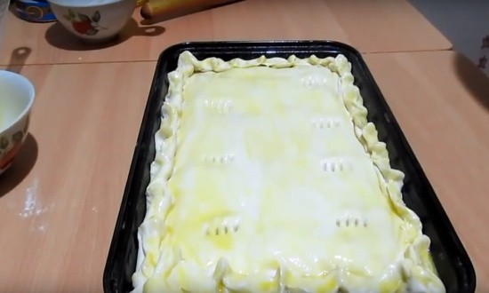 смазываем яйцом пирог