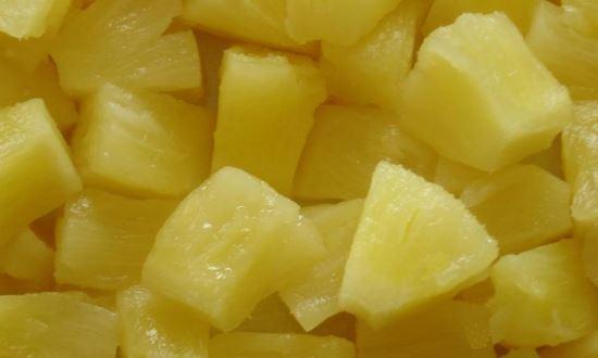 режем консервированные ананасы