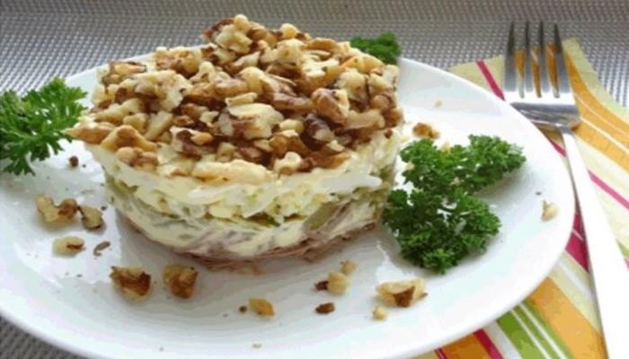 Салат из языка с орехами и сыром