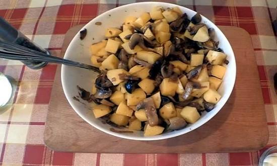 перемешать картошку и грибы