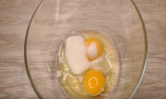 яйца, соль, сахар в миске