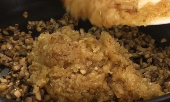 В грибы выкладываем лук