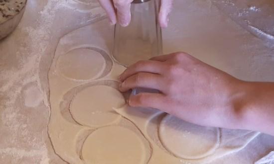 Тесто раскатываем в пласт, вырезаем кружки