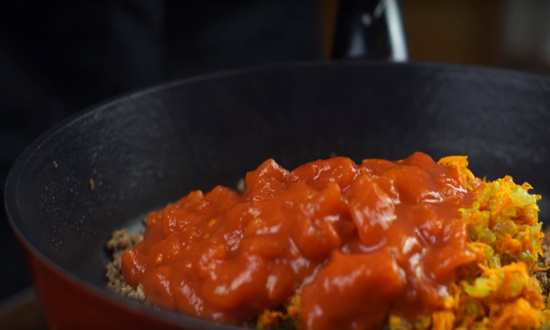 мясо с томатной пастой в сковороде