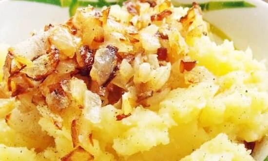 Смешиваем картофельное пюре и обжаренный лук