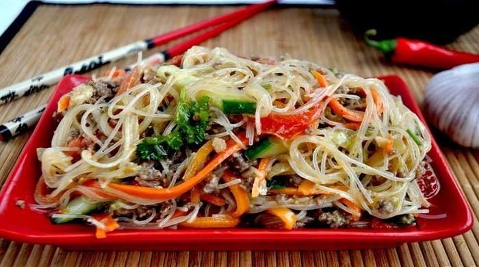 Очень вкусный салат из фунчозы с овощами — 6 домашних рецептов приготовления