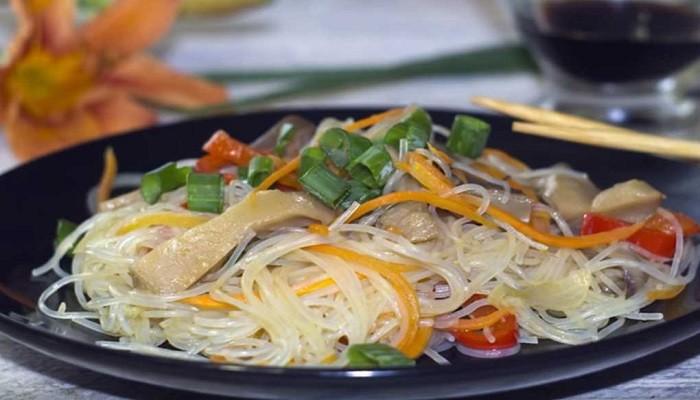 Салат с фунчозой и овощами и грибами