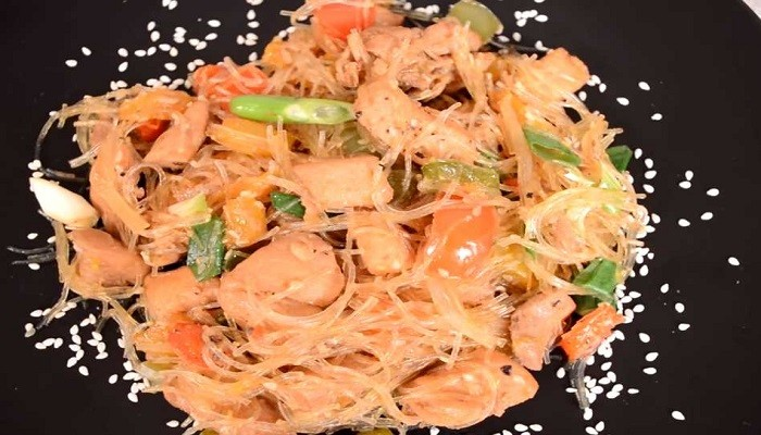 Салат с фунчозой и овощами и мясом