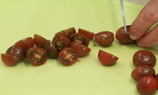 нарезать томаты