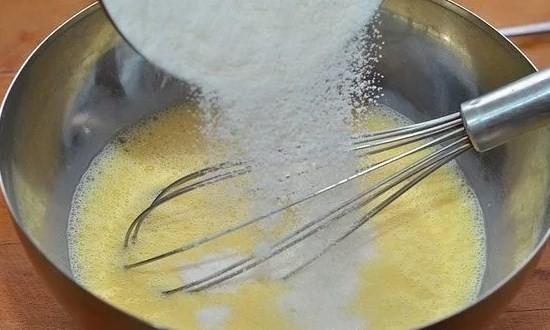 Масло смешиваем с желтком